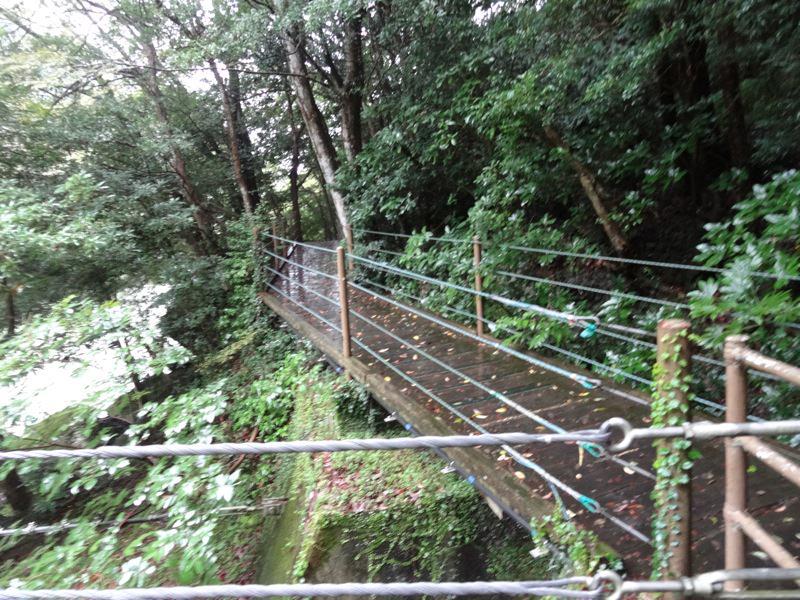 橋を渡りきった後の道