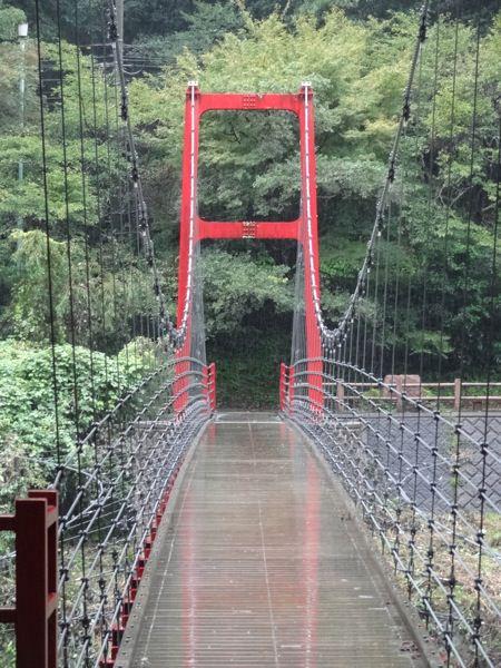 赤い橋の上で