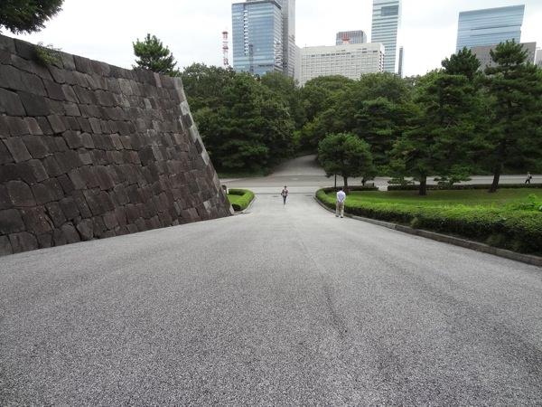 急な坂 上からの写真
