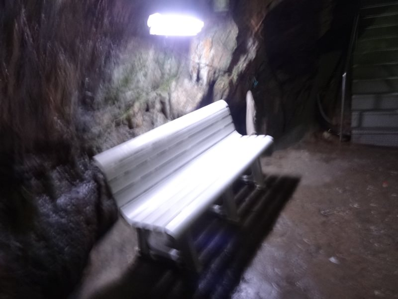 洞窟内のベンチ