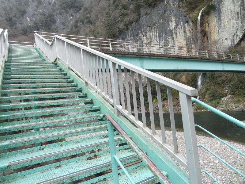 井倉洞に向かう橋