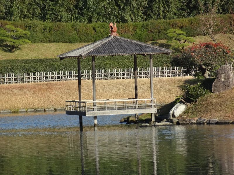 後楽園の池の中にある島