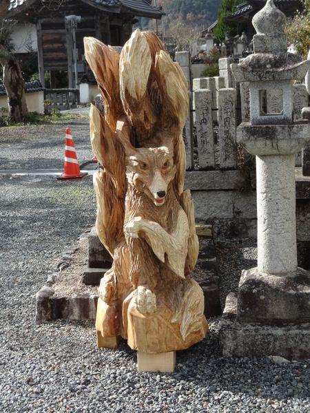 勝山のお寺にある木彫のきつね