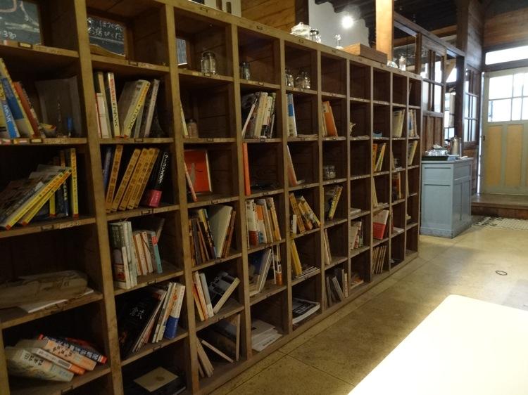 あくびカフェの本棚
