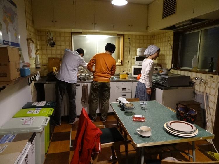 あなごのねどこのキッチンで料理する風景