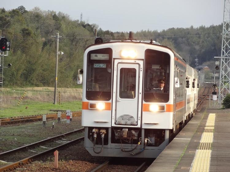 亀山ゆきの電車が到着