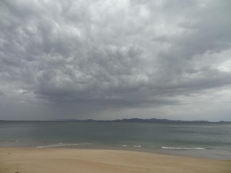 雨雲と篠島の前浜