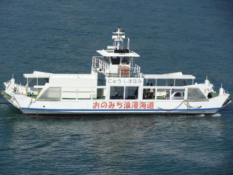 向島から尾道渡船を見下ろす