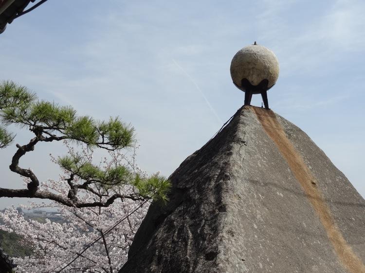 千光寺の大きな岩にあった丸い玉