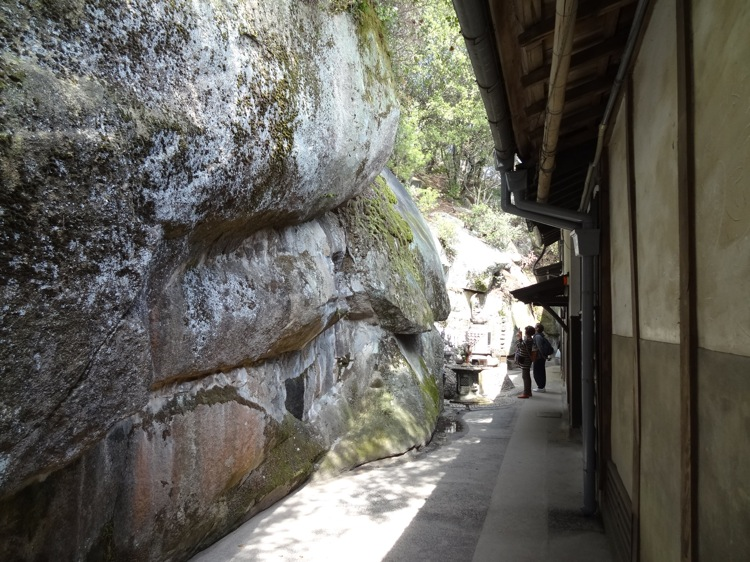 千光寺 お寺と岩が近い