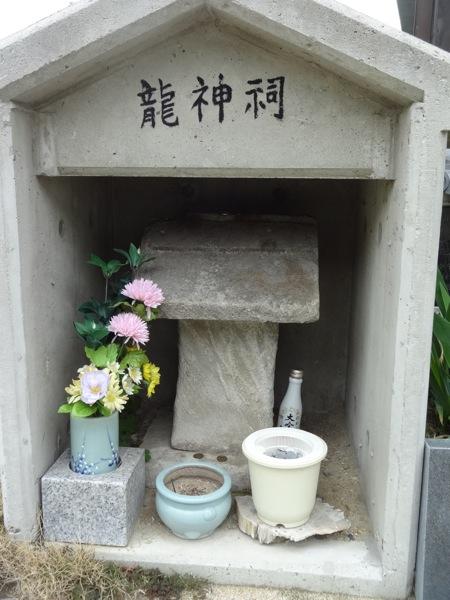 松寿寺にある小さな龍神祠