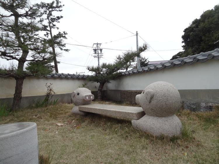 松寿寺にあるブタのベンチ