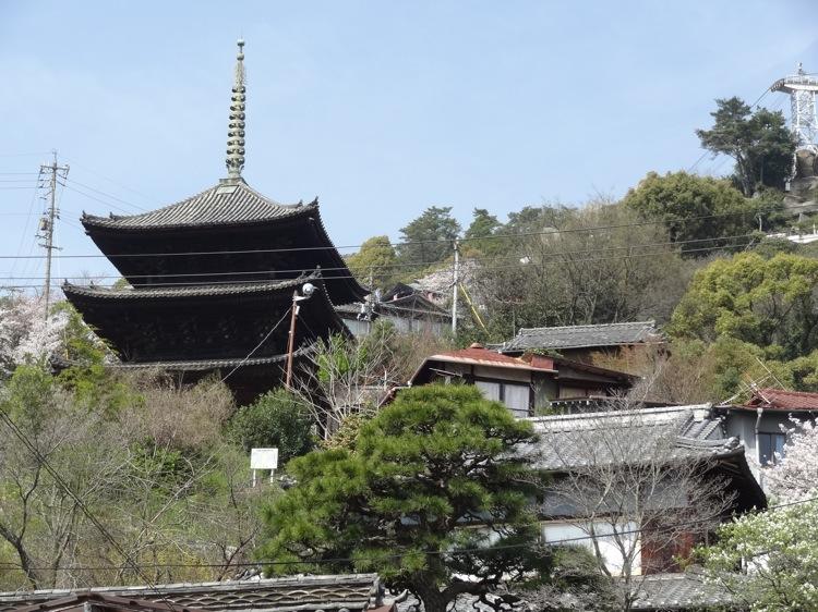 天寧寺三重塔が遠くに見える