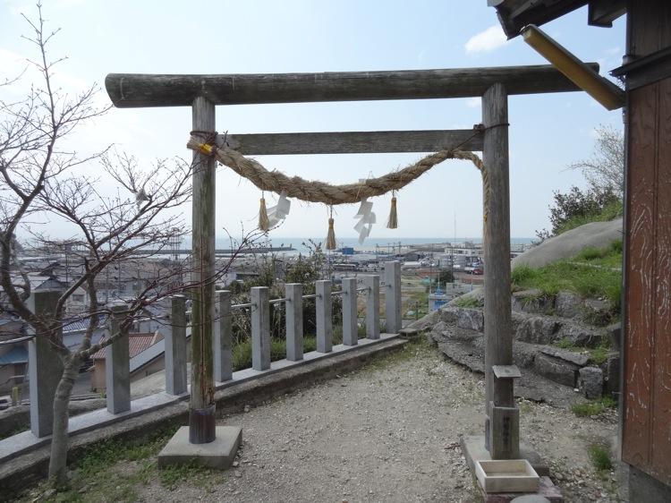土御前神社の鳥居から海が見える
