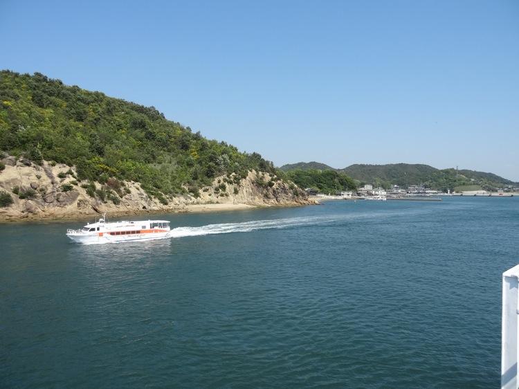 直島の宮浦港が見えてきました