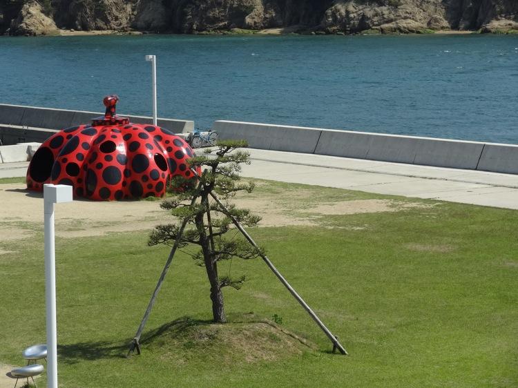 フェリーから見える直島の赤いカボチャ