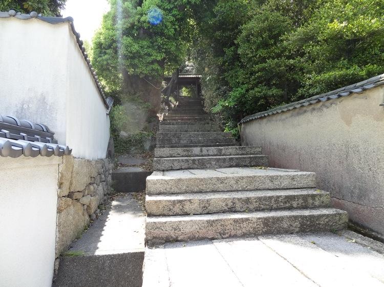 直島の八幡神社へ向かう道
