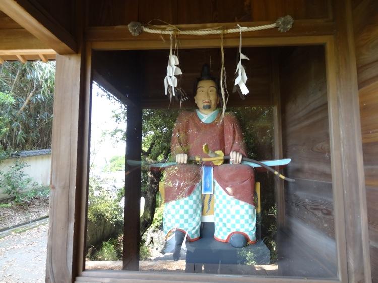直島の八幡神社の入り口にいる侍