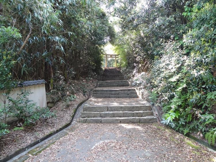直島の八幡神社への道はまだまだ続きます