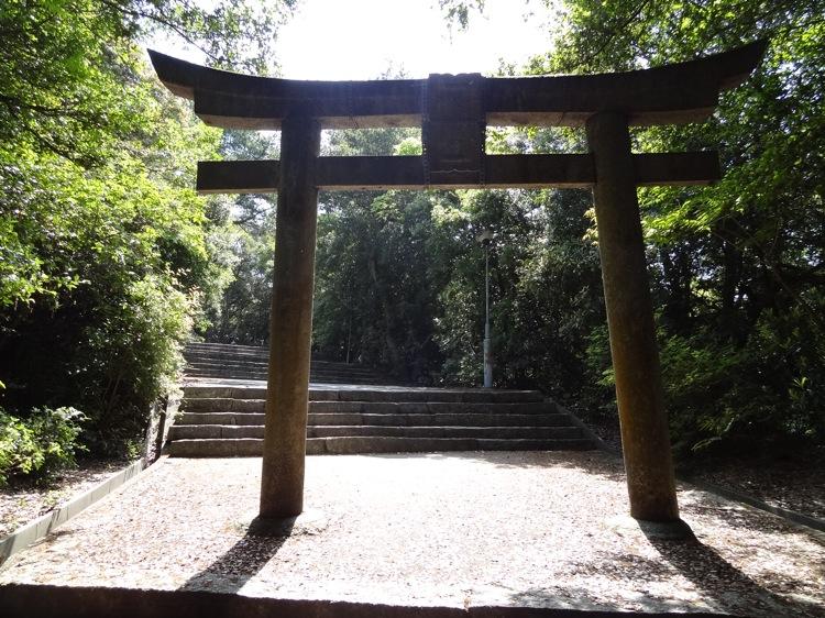 直島の八幡神社の鳥居 まだ道が続きます