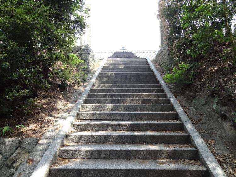直島の八幡神社 本殿が見えてきました
