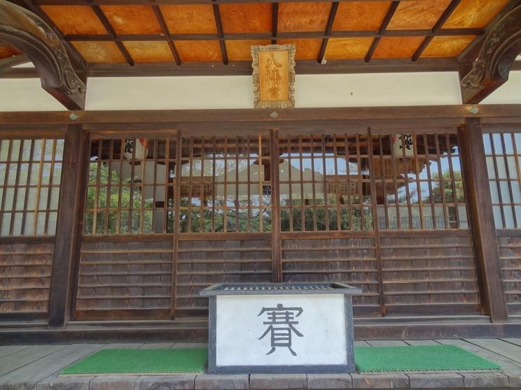 直島の八幡神社の本殿 賽銭箱
