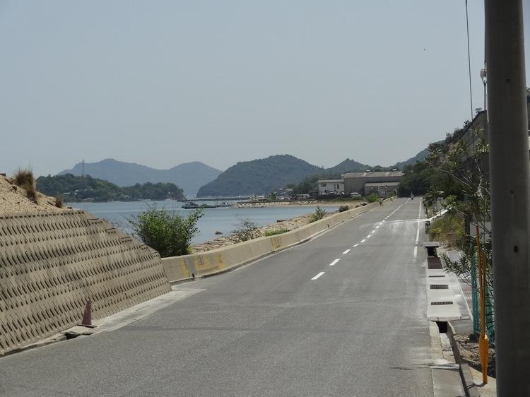 直島の工場地帯から見る海沿いの道