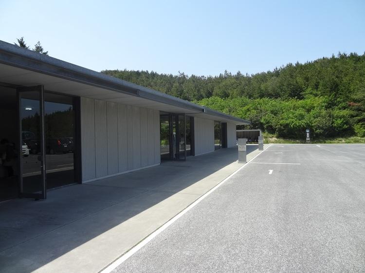 直島の地中美術館チケットセンターの外観