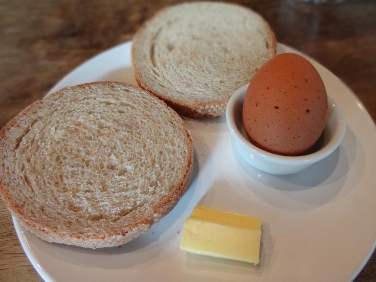 亀時間で出てきた天然酵母パンとゆでたまご