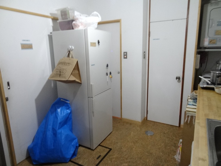 レトロメトロバックパッカーズの冷蔵庫とシャワールーム