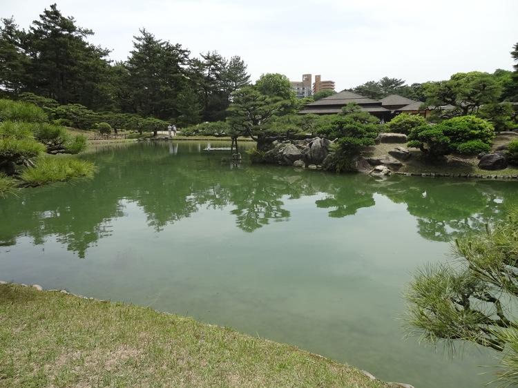 栗林公園 庭園の中の池