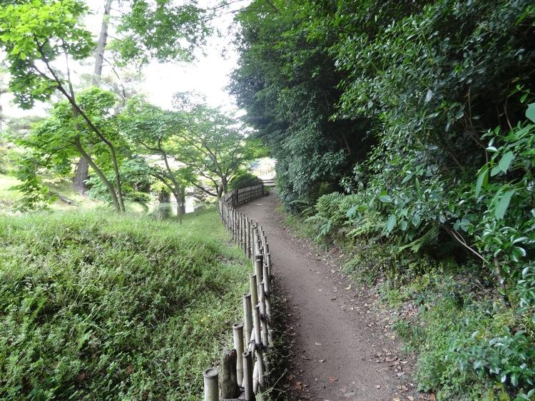 栗林公園の自然の中を歩きます