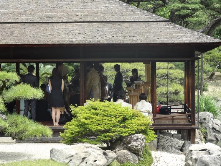 栗林公園で結婚式が行われていました。