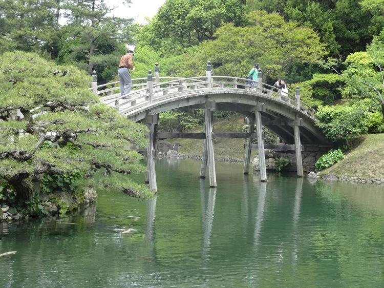 栗林公園の橋を遠くから見た様子