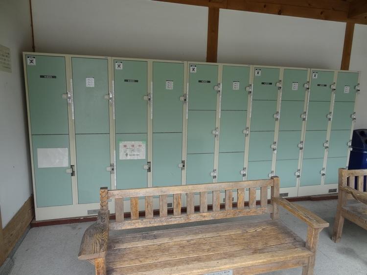 栗林公園の入り口横にコインロッカーがある