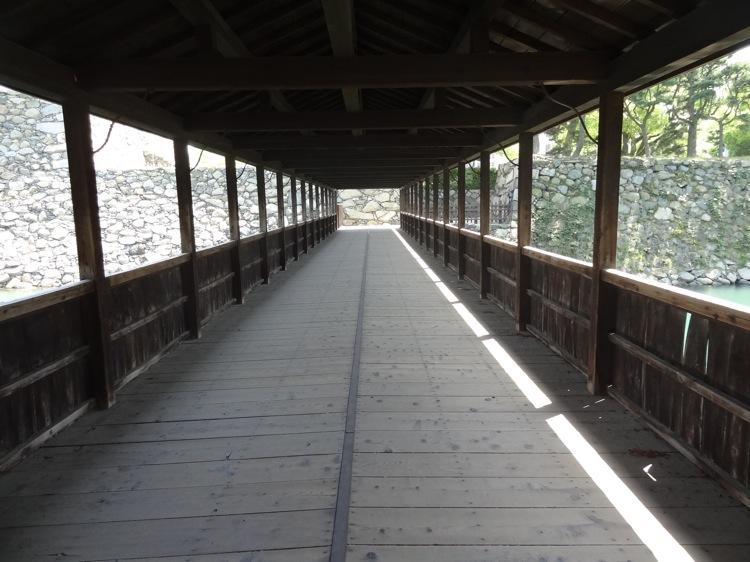高松城跡の鞘橋を渡る