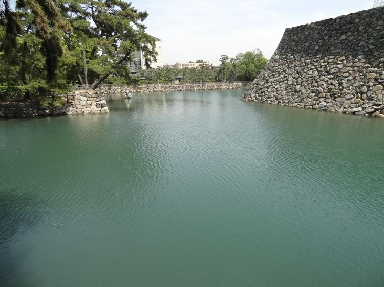 高松城跡の鞘橋から見る池