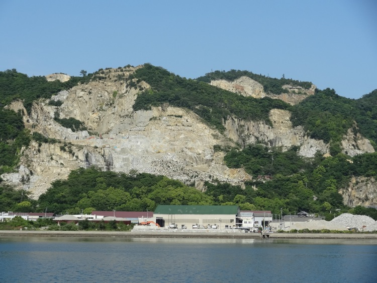 屋島から見る向こう岸の島