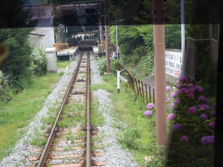 強羅駅を出発した箱根登山ケーブルカー