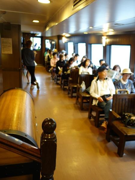 箱根海賊船の客室の様子