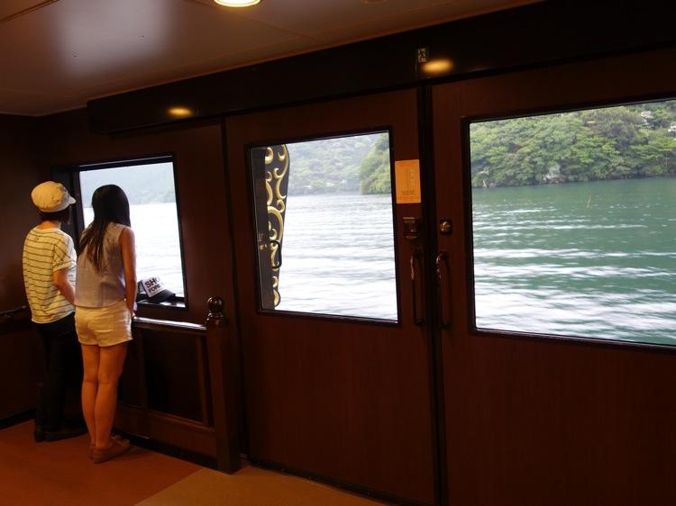 箱根海賊船の1階から外を眺める