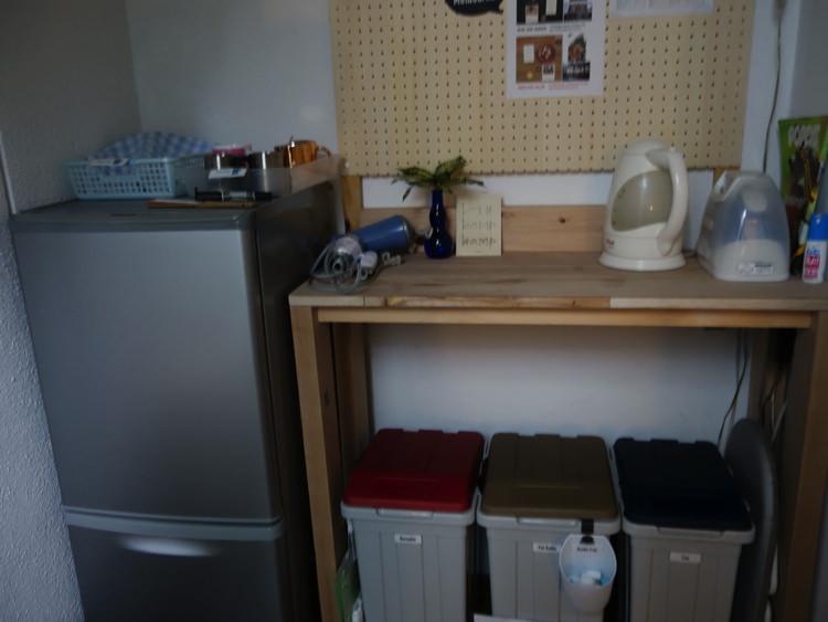 東京ヒュッテ 冷蔵庫とゴミ箱