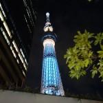 夜の東京スカイツリーを間近で見た写真