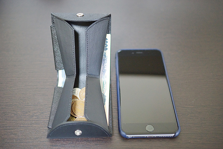Cartolare(カルトラーレ)のハンモックウォレットとiPhone 6 Plusを並べてみた