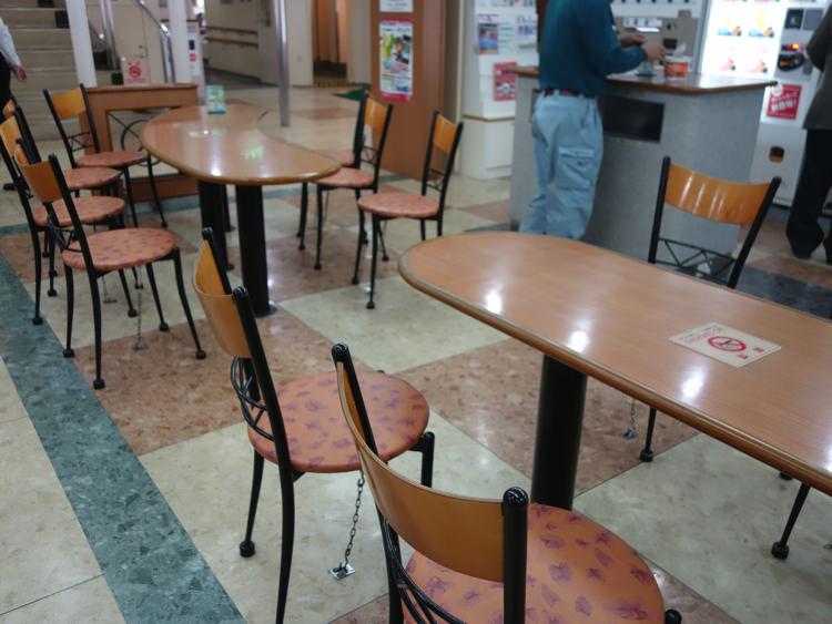 フェリー内の飲食スペース
