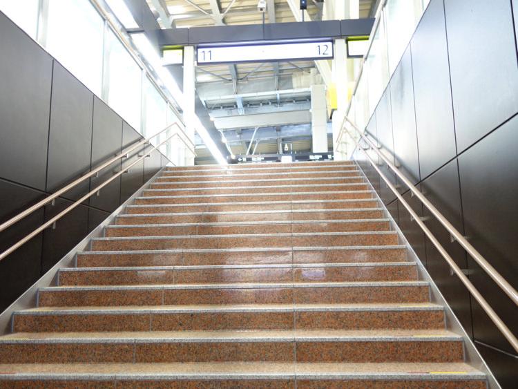 金沢駅 北陸新幹線乗り場へ向かう階段