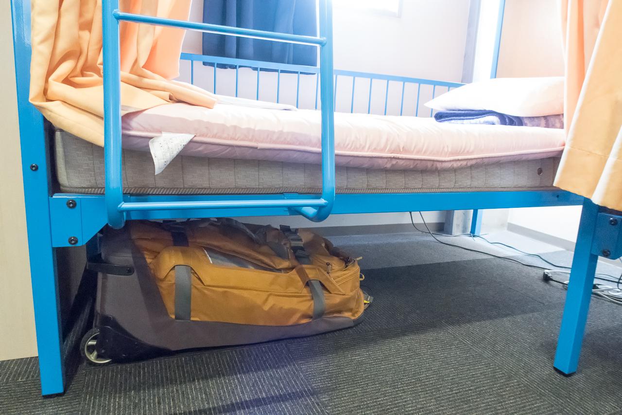 サクラホステル浅草ベッド下にバッグを置く