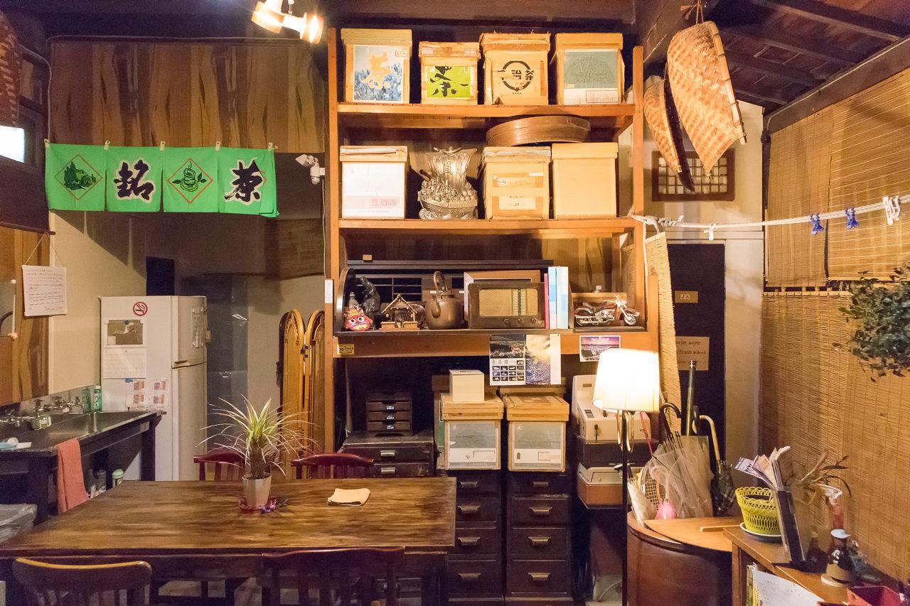 函館ゲストハウスのラウンジとお茶の棚