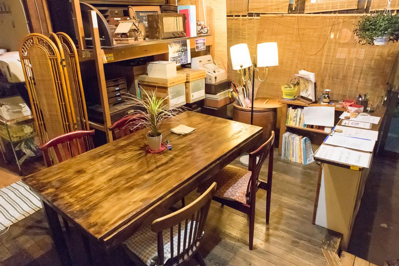 函館ゲストハウスのラウンジのテーブル
