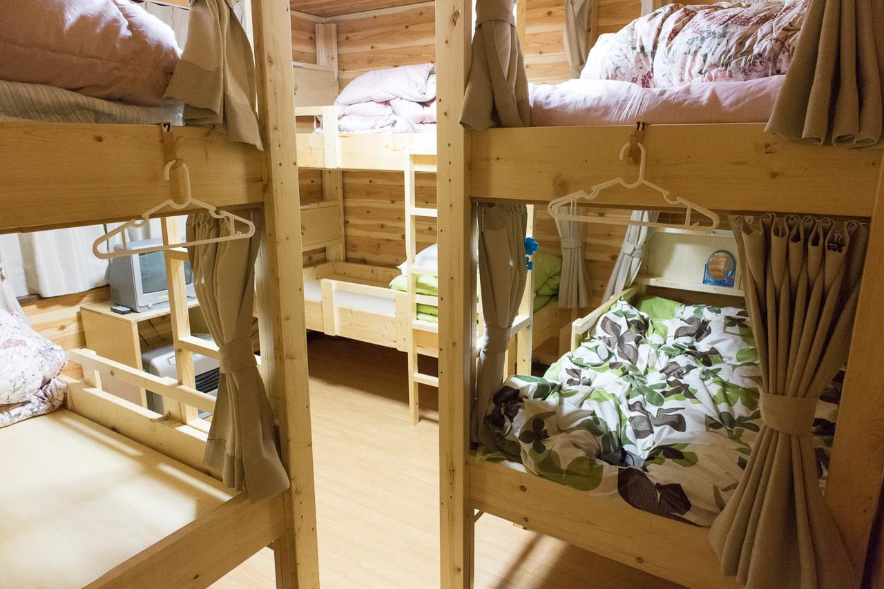 函館ゲストハウスAppleのベッド同士の隙間